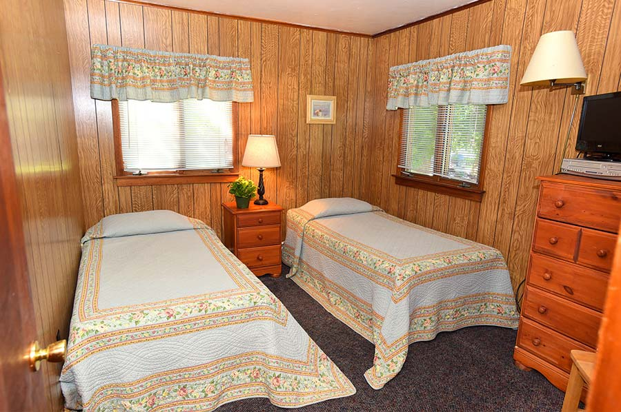 Adirondack Lodge 2nd bedroom with two twin beds